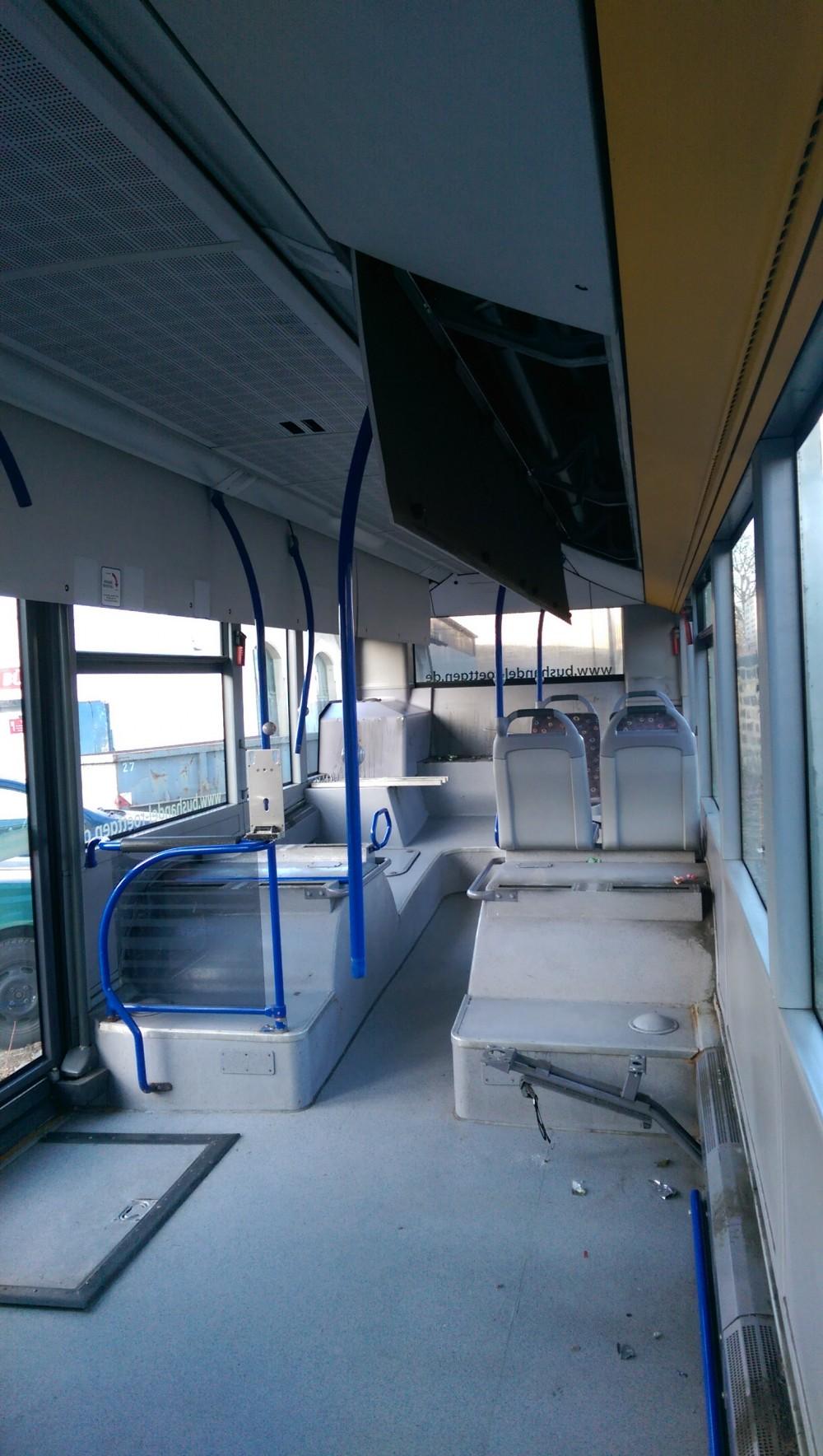 AdventureRooms on Tour Entfernen der Stangen für Spielbus