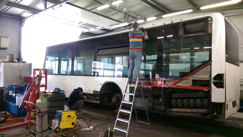 AdventureRooms on Tour Entfernen der alten Folierung Bus