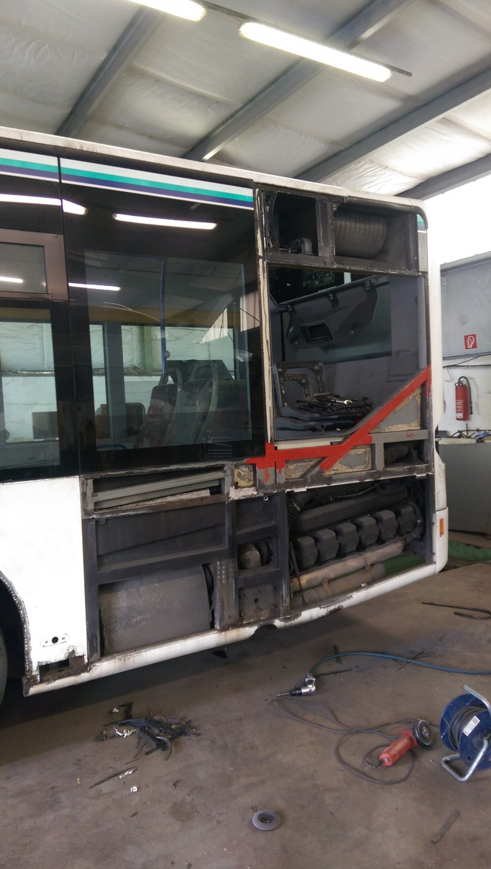 AdventureRooms on Tour Ersetzen der Scheibe am Bus