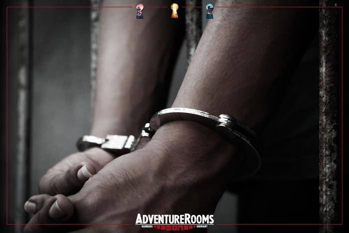 Die Herausforderung in Handschellen dem Escape Room zu entkommen